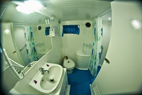 Giamani liveaboard en-suite bathroom